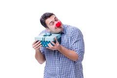 Mannen med ett roligt innehav för röd näsa per gåva för gåva för shoppingpåse är Arkivbild