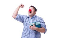 Mannen med ett roligt innehav för röd näsa per gåva för gåva för shoppingpåse är Arkivfoton