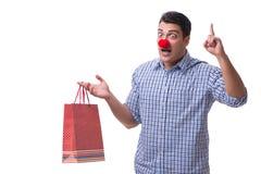 Mannen med ett roligt innehav för röd näsa per gåva för gåva för shoppingpåse är Royaltyfri Fotografi