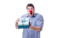 Mannen med ett roligt innehav för röd näsa per gåva för gåva för shoppingpåse är Royaltyfri Foto