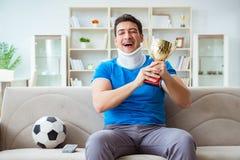 Mannen med fotboll för fotboll för halsskada hållande ögonen på hemma Royaltyfri Fotografi