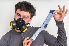 Mannen med gasmasken rymmer den smutsiga stinky sockan Royaltyfria Foton