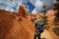 mannen med hans behandla som ett barn pojken fotvandrar i Bryce kanjonnationalpark Royaltyfri Bild