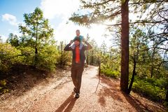 mannen med hans behandla som ett barn pojken fotvandrar i Bryce kanjonnationalpark Royaltyfri Fotografi