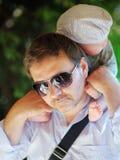 Mannen med hans litet behandla som ett barn pojken Fotografering för Bildbyråer
