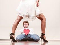 Mannen med hjärta formade gåvaasken för kvinna Royaltyfri Fotografi