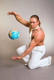 Mannen med jordklotet Arkivbild
