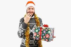 Mannen med julgåvan, hoppas för en bra gåva, på vit bakgrund royaltyfria bilder