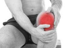 Mannen med knäet smärtar royaltyfri fotografi