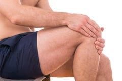 Mannen med knäet smärtar royaltyfria bilder