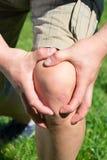 Mannen med knäet smärtar och känna sig dålig arkivbilder
