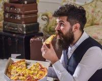 Mannen med levererade skägg- och mustaschhåll boxas med smaklig ny varm pizza Pizzaleveransbegrepp Macho i klassiker Royaltyfri Foto