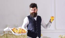 Mannen med levererade skägg- och mustaschhåll boxas med smaklig ny varm pizza Pizzaleveransbegrepp Macho i klassiker Royaltyfri Fotografi