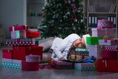Mannen med många julgåvor i askar royaltyfri bild