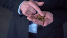 Mannen med medelinkomst som räknar mynt, den låga lönen, kostnader överskrider intäkter stock video