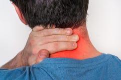 Mannen med muskelskadan som den har, smärtar i hans hals royaltyfri foto