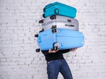 Mannen med resväskorna Arkivbild