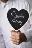 Mannen med skylten med text kopplar ihop terapi fotografering för bildbyråer