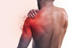 Mannen med smärtar i skuldra fotografering för bildbyråer