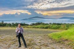 mannen med synvinkel på berget i den Phu PA-poren Fuji på Loei, Loei landskap, Thailand fuji berg som är liknande till Japan arkivbild