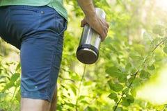 Mannen med termoset Picknick som fotvandrar, sommar, höst Royaltyfri Foto