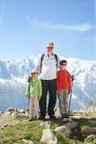 Mannen med två pojkar i en bergvandring fotografering för bildbyråer