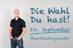 Mannen med tysk vädjan som går, röstar på tyskt federalt val 201 Arkivbilder