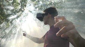 Mannen med VR rullar med ögonen känsligt upphetsat vid virtuell verklighetsimulering som undersöker immersive cyberspace med rök  lager videofilmer