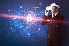 Mannen med VR-skyddsglasögon som låser 3D upp, knyter kontakt begrepp Royaltyfri Bild