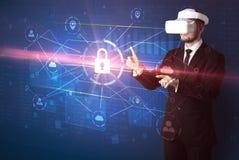Mannen med VR-skyddsglasögon som låser 3D upp, knyter kontakt begrepp Arkivfoton