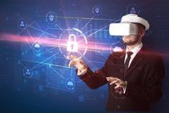 Mannen med VR-skyddsglasögon som låser 3D upp, knyter kontakt begrepp Royaltyfri Foto