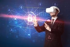 Mannen med VR-skyddsglasögon som låser 3D upp, knyter kontakt begrepp Royaltyfria Bilder