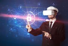 Mannen med VR-skyddsglasögon som låser 3D upp, knyter kontakt begrepp Arkivfoto
