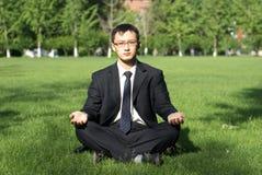 mannen mediterar Royaltyfria Bilder