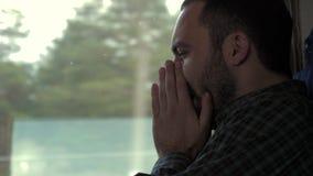 Mannen nyser i ett drev arkivfilmer