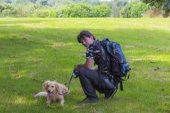 Mannen och hunden går på Arkivbilder