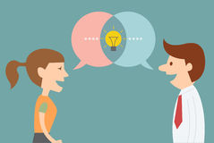 Mannen och kvinnan får idé, när de talar dialog Arkivfoto