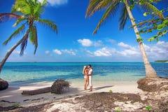 Mannen och kvinnan - fira smekmånad på den tropiska ön Royaltyfri Foto