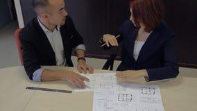 Mannen och kvinnan framkallar ett plan bankrånare stock video