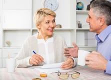 Mannen och kvinnan 50-54 gamla år är ledningsdiskussionen Arkivbild