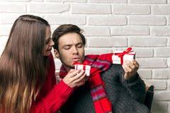 Mannen och kvinnan ger sig gåvor Arkivfoto