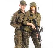 Mannen och kvinnan i soldat` s passar på vit bakgrund Royaltyfria Bilder