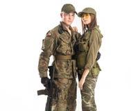 Mannen och kvinnan i soldat` s passar på vit bakgrund Royaltyfri Foto
