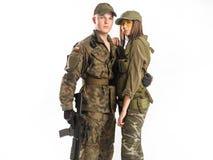 Mannen och kvinnan i soldat` s passar på vit bakgrund Royaltyfria Foton