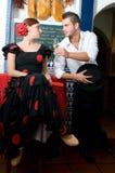 Mannen och kvinnan i traditionella flamencoklänningar dansar under Feria de Abril på April Spain Arkivbild