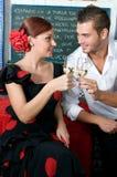 Mannen och kvinnan i traditionella flamencoklänningar dansar under Feria de Abril på April Spain Arkivfoto