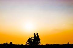 Mannen och kvinnan kör en motorcykel royaltyfria foton