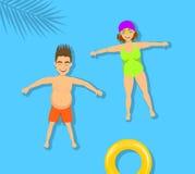 Mannen och kvinnan, kopplar ihop att koppla av att sväva som simmar på en baksida i strandpöl Arkivbild