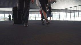Mannen och kvinnan med bagage som går till brädet, hyvlar på flygplatsen, snubblar, reser stock video