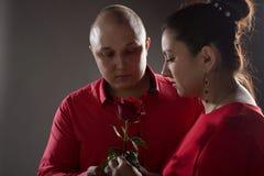 Mannen och kvinnan mycket förälskelse Arkivfoton
